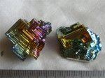 ビスマス結晶(左がドイツ製)